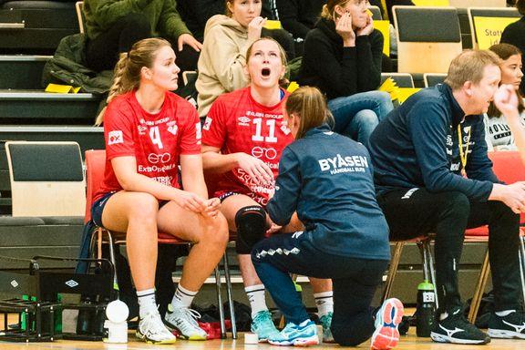 Her skriker Alstad ut i smerte mens fingeren hennes settes på plass midt i kampen