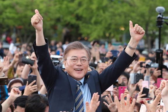 Han er favoritt foran presidentvalget i Sør-Korea. Motstanderne kaller ham nordkoreansk agent.