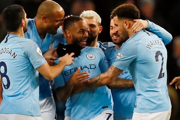 Kontroversiell scoring da Manchester City la press på Liverpool