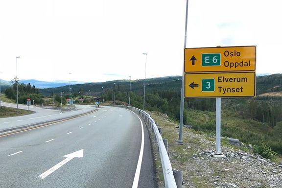 Her skiltes trafikken til Oslo rett frem. Veien til venstre er kortere, raskere og billigere.