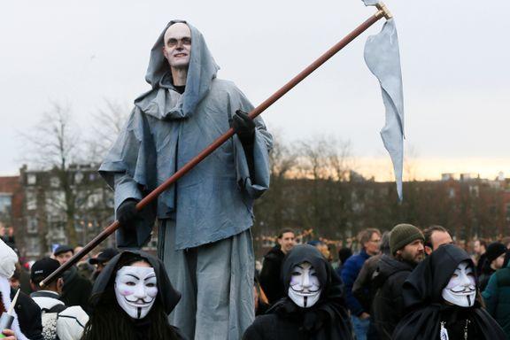 Vold, hærverk og masseprotester. I flere land har mange fått nok av koronatiltakene.