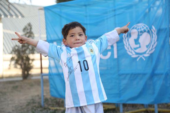 Gutten som laget drakt av plastpose fikk gave av Messi: - Jeg elsker ham