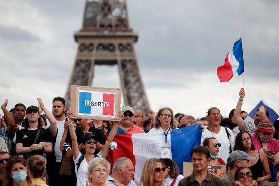 Demonstranter verden over krever frihet fra tiltak og kontroll