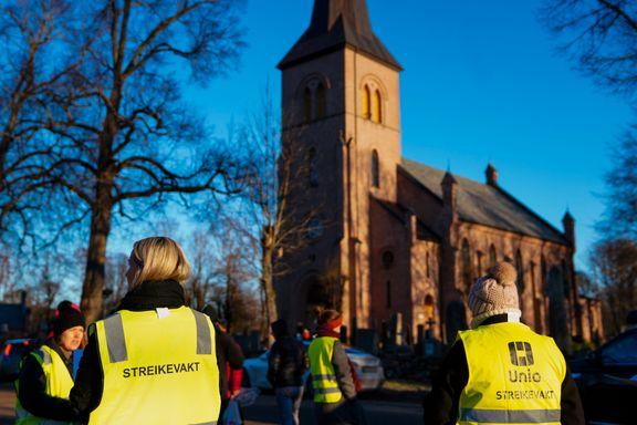 Streikende prester samlet seg utenfor kirken i Asker