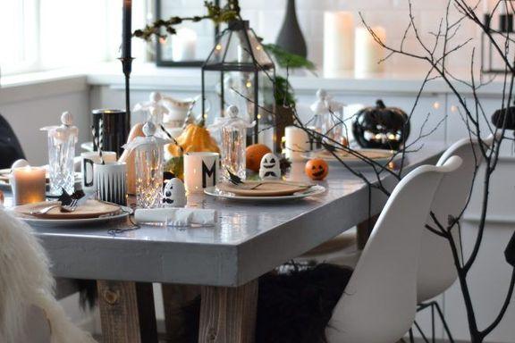 Spøkelser og flaggermus på kreativt Halloweenbord