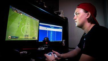 Har kontraktstilbud fra eliteserieklubb: Sondre (22) satser alt på å bli proff i FIFA