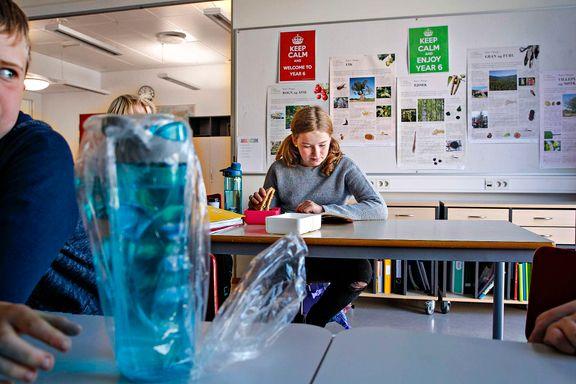 Siri (10) er en av rundt 90.000 elever Røe Isaksen mener det har vært litt «farlig» å snakke om