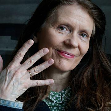 Aslaug Holm har to sønner. Hun håper hun skal få bruk for bestemorens giftering likevel.