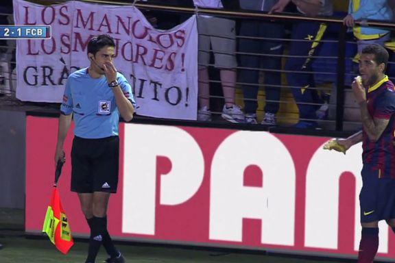 Villarreal-fansen kastet banan - Alves spiste den
