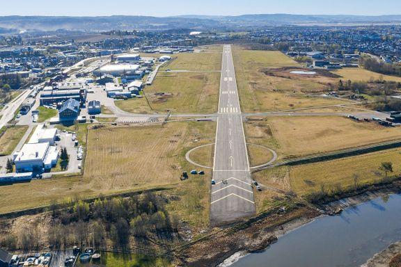 10 minutter med tog fra Oslo sentrum ligger den enorme militærflyplassen. Nå skal den selges.