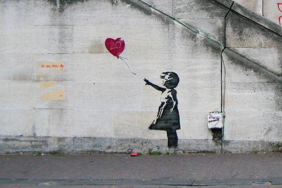 Det ikoniske motivet pryder vinflasken. Nå sås det tvil om gatekunstneren Banksy faktisk står bak.