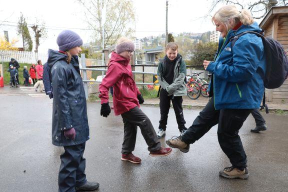 Koronahilsener, håndsprit, nye klasserom og en ny venn. Slik ble første «vanlige» skoledag.