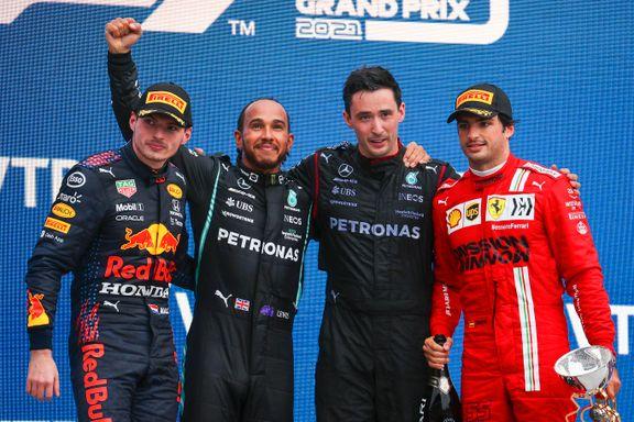 Hamilton rundet 100 karriereseiere i ellevilt regndrama – Norris felt av enorm tabbe
