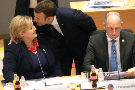 Macron gratulerte Solberg med kyss på kinnet. Så fikk EØS-englebarna feire 25-årsdagen med EU-toppene.