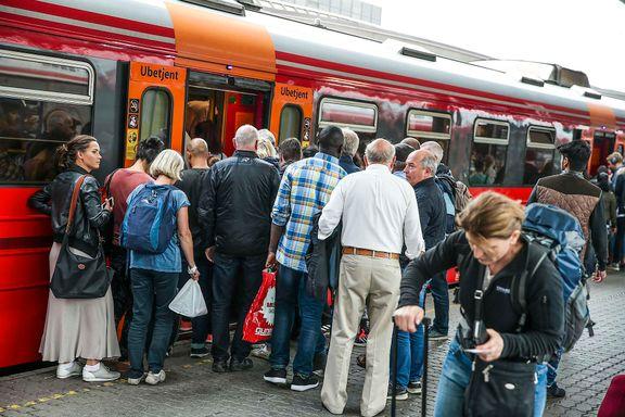Titusenvis strømmer til nå, men først om fem-åtte år blir det mer plass på tog, buss og T-bane