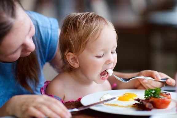 «Hvis du spiser opp grønnsakene dine, får du is!» Åtte matfeller foreldre gjerne går i.