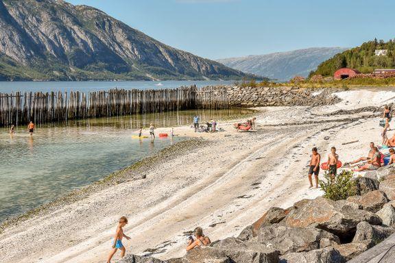 Vakre Helgelandskysten har strender, fjell og grotter. Få ti fine turtips.