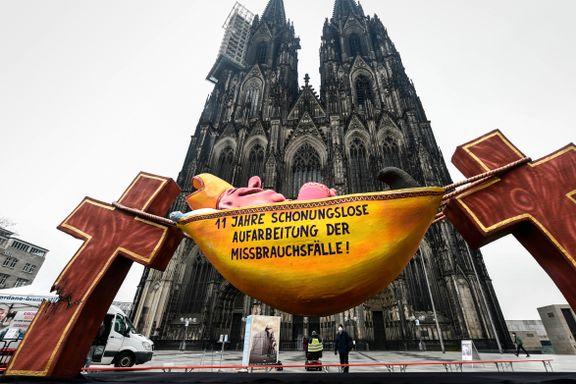 Det blir færre katolikker i Europa. I én by knelte kirkens server fordi så mange ville melde seg ut.