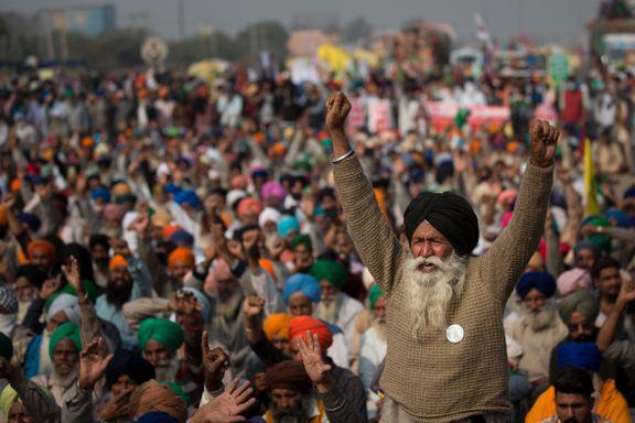 De trosser politiet og brenner bilder av statsministeren. Hvorfor er indiske bønder så rasende?
