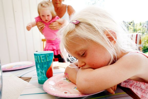Er det greit å slakke på barnas leggetider i ferien? Vi har spurt søvnterapeutene.