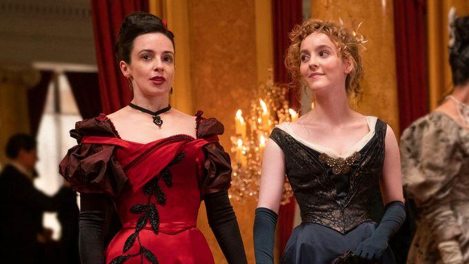 1800-tallets kvinnesyn, hverdagsliv og mote inntar TV-skjermen: – Nostalgien appellerer