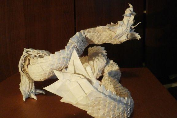 Brukte et år på brette en origami-drage