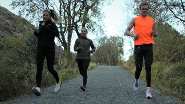 Her jogger studentene i nedoverbakke. Er det lurt, eller er risikoen for skade stor?