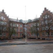 Mens Oslo åpner kjøpesentre og butikker, får denne skolen egen testbuss