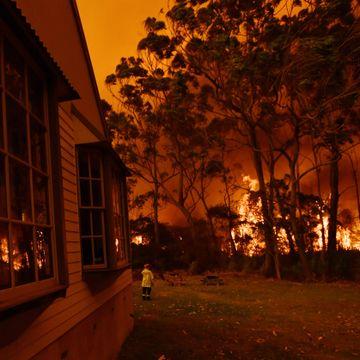 Enorme skogbranner omringer Australias største by