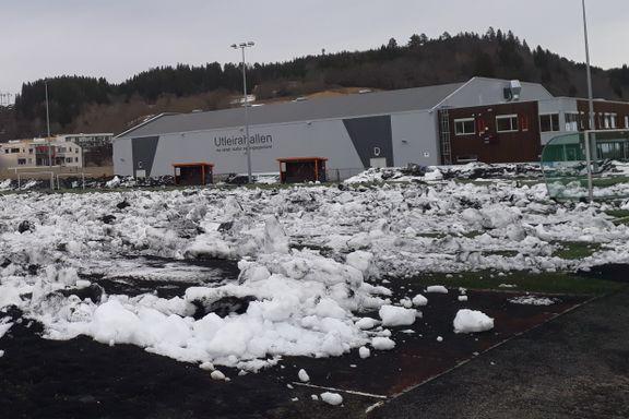 Klubben måkte snøen ut på fotballbanen. Her er de to grunnene til det uvanlige grepet.