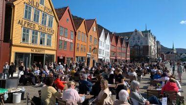 Forbud mot besøk i Norges to største byer, men bergensere får fortsatt spise og drikke ute. Hvorfor?