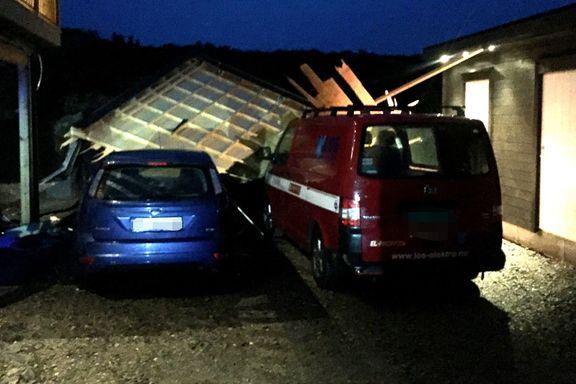 Uværet herjer på Vestlandet: Tak blåste bort -landet på biler i nærheten.
