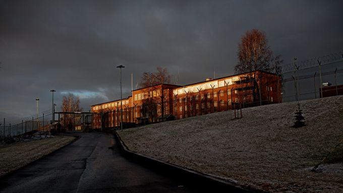 Han satt isolert i en kjeller i over fem år. Nå er Norge saksøkt for umenneskelig behandling.