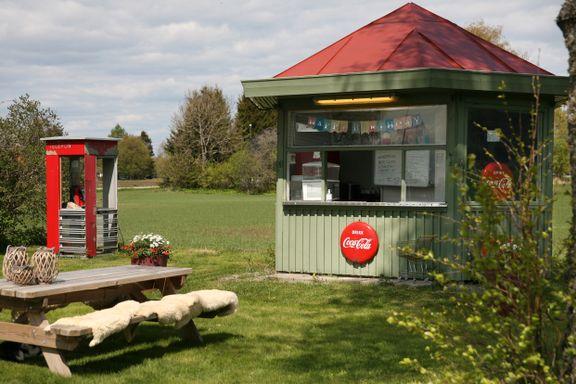 Flyttet fra Oslo til småbruk på landet. Her har de Narvesen-kiosk i hagen.