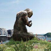 9 meter høy, flere tonn tung. Nå er den enorme skulpturen forsinket – igjen.