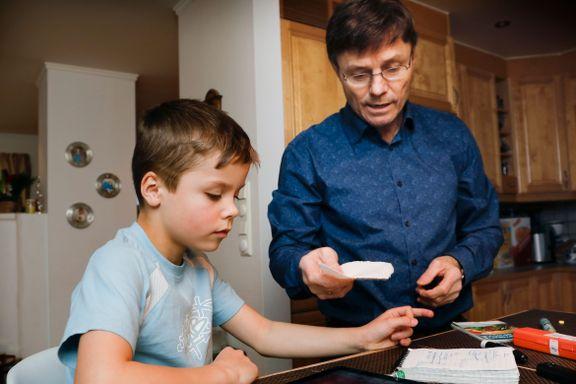Marcus (8) må stikkes i fingeren flere ganger i døgnet. I Sverige kan pasienter overvåkes via mobilen.