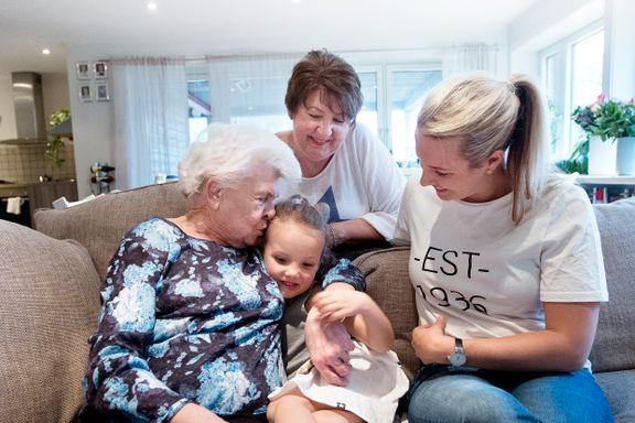 Fire generasjoner bor sammen: – Folk tror sikkert vi er gale