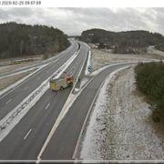 Veltet lastebil lekker diesel på Svinesundsbroen – E6 vil være delvis stengt i timevis
