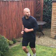 Han løp maraton i sin seks meter lange hage
