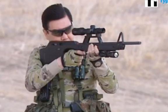 I denne videoen kaster diktatoren kniver og avfyrer håndvåpen som i amerikanske filmer