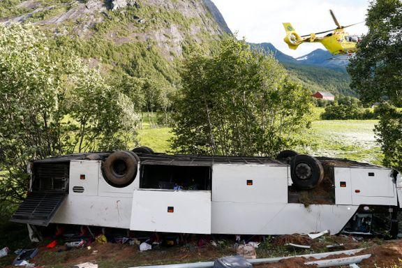Én omkommet og 14 skadet i bussulykke på Sunnmøre