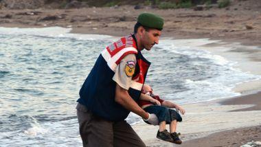 Den druknede toåringen rystet verden. Faren så hele familien drukne. Hvordan gikk det med ham?