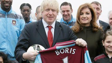 Han truet med å slippe en «bombe» på klubbene. Derfor kastet politikerne seg inn i fotballstriden.