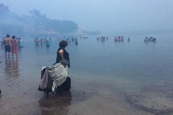 Alle måtte flykte i havet da flammene kom. Nå er 12 nordmenn evakuert fra brannherjet feriested.