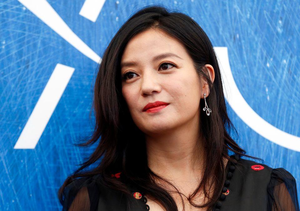 Den kinesiske skuespilleren Zhao Wei, pent sminket og ser ut som hun står på en rød løper.