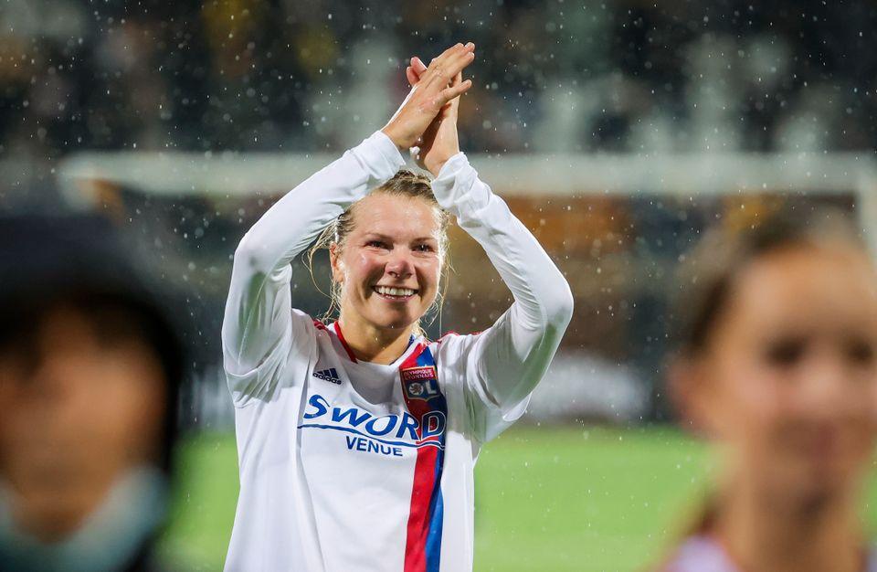 Ada Hegerberg klapper og smiler etter å ha spilt kamp.