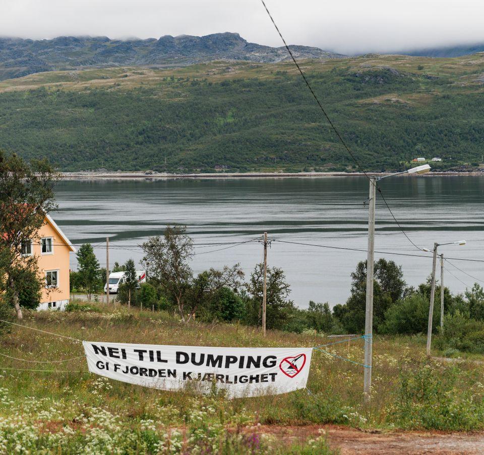 Bilde av Repparfjorden. Foran henger en plakat.