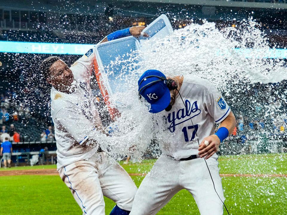 En baseballspiller heller en bøtte med vann over lagkameraten.
