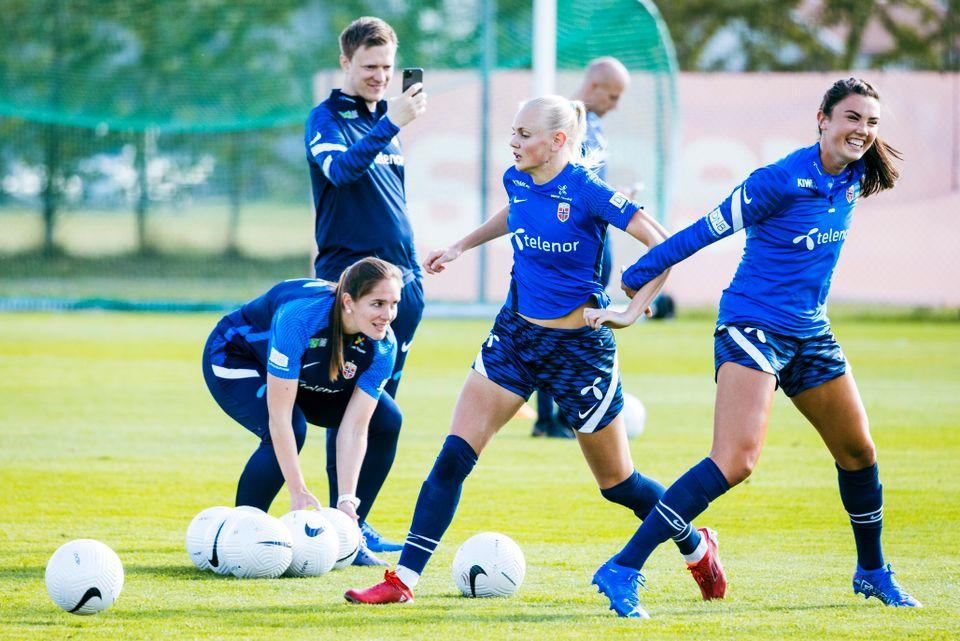 Ingrid Syrstad Engen (til høyre) i godt humør under trening med Norge. I bakgrunnen tar noen et bilde.
