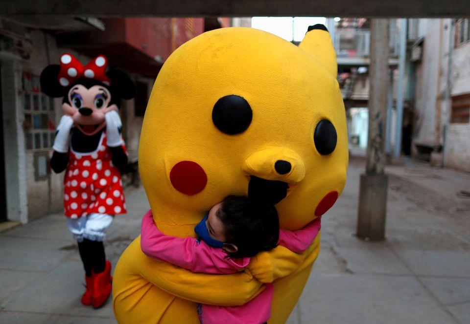 Pikachu fra Pokemon universet klemmer en jente.